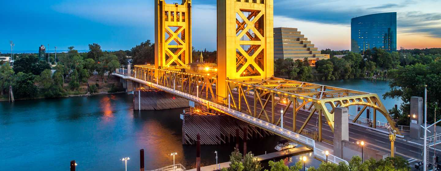 Embassy Suites by Hilton Sacramento Riverfront Promenade, USA – Außenansicht & Tower Bridge