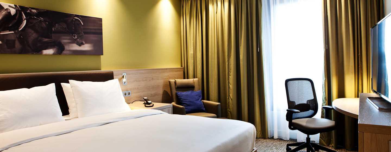 Hampton by Hilton Aachen Tivoli Hotel, Deutschland– Zimmer mit King-Size-Bett und Schreibtisch