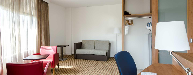 In der geräumigen Junior Suite können Sie viel Platz genießen und auf dem Sofa entspannen