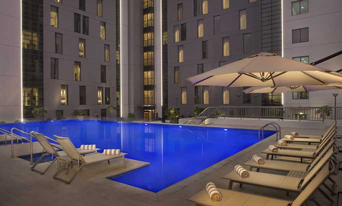 Hampton by Hilton Dubai Airport, VAE – Swimmingpool bei Nacht