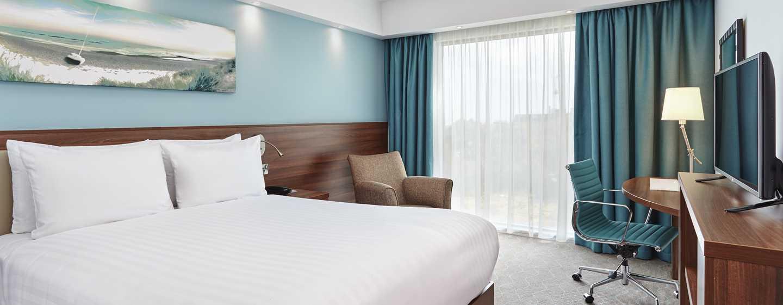 Hampton by Hilton Frankfurt Airport, Deutschland – Zimmer mit Queensize-Bett