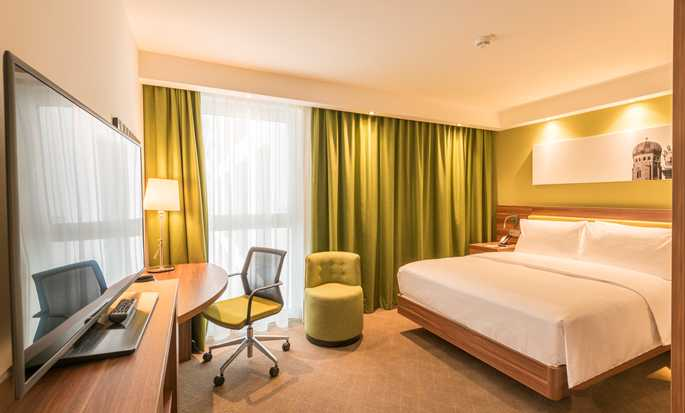 Hampton by Hilton Munich City West Hotel, Deutschland – Gästezimmer mit Queen-Size-Bett