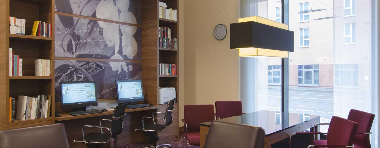 Gehen Sie geschäftlichen Aufgaben im Arbeitsbereich des Hotels nach
