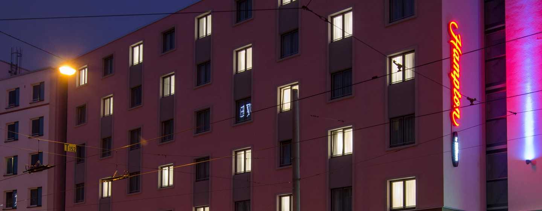 Hampton by Hilton Nuremberg City Centre Hotel – Außenansicht bei Nacht