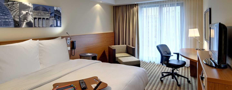 Hampton by Hilton Berlin City West Hotel, Berlin, Deutschland– Zimmer mit Queen-Size-Bett