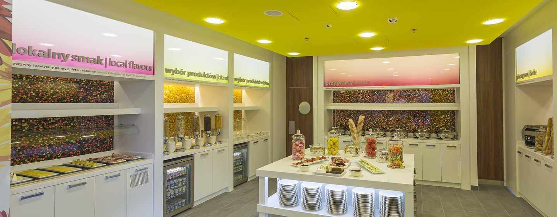 Ein ausgewogenes Frühstück mit warmen und kalten Speisen gehört zum Service des Hampton by Hilton Warsaw City Centre