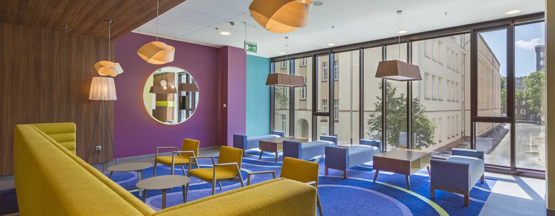 Die schicken Sofas und Sessel in der Lobby laden Sie zum verweilen ein