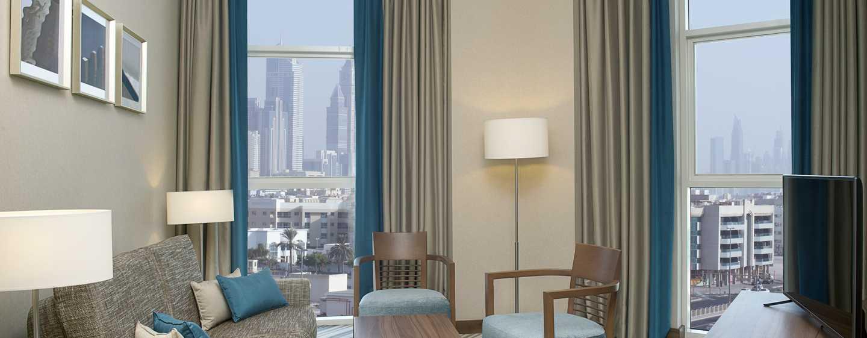Hilton Garden Inn Dubai Al Mina Hotel, VAE–Sitzgelegenheitenin der Junior Suite mit King-Size-Bett