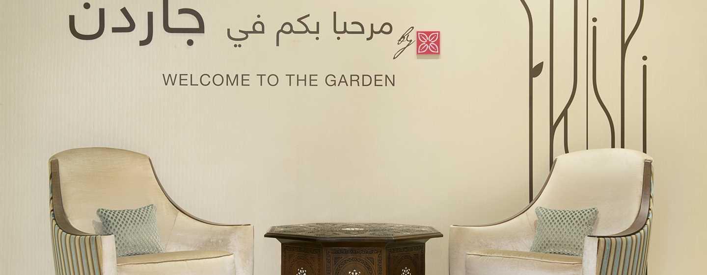 Hilton Garden Inn Dubai Al Mina Hotel, VAE– Sessel im Empfangsbereich der Lobby
