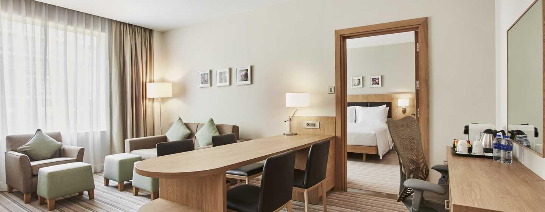 Hilton Garden Inn Mall of the Emirates Hotel, VAE – Suite mit einem Schlafzimmer mit King-Size-Bett