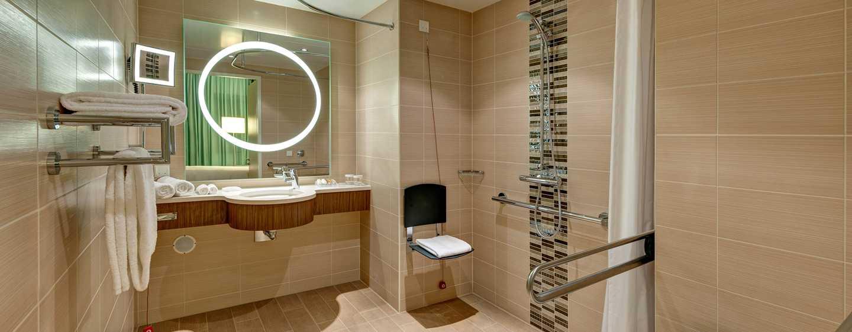 Hilton Garden Frankfurt Airport Hotel, Deutschland– Zimmer– Barrierefreies Badezimmer