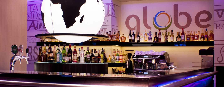 Drink und warme Getränke werden Ihnen in der ausgezeichneten Bar angeboten