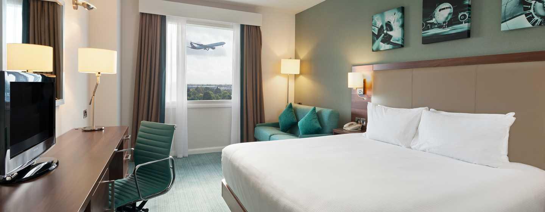 Hilton Garden Inn London Heathrow Airport, GB – Zimmer mit King-Size-Bett und Sofa