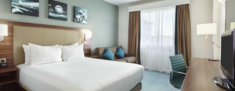 Hilton Garden Inn London Heathrow Airport, GB – Zimmer mit Queen-Size-Bett und Sofa