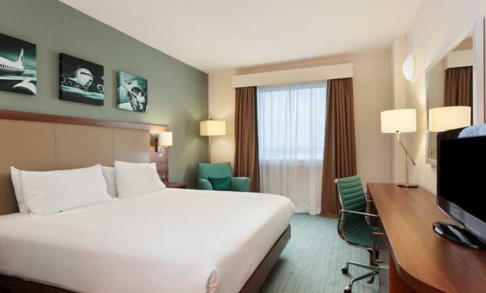 Hilton Garden Inn London Heathrow Airport, GB – Zimmer mit King-Size-Bett, Schlafzimmer