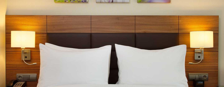 Hilton Garden Inn Moscow New Riga Hotel, Russische Föderation– Gästezimmer mit Queen-Size-Bett