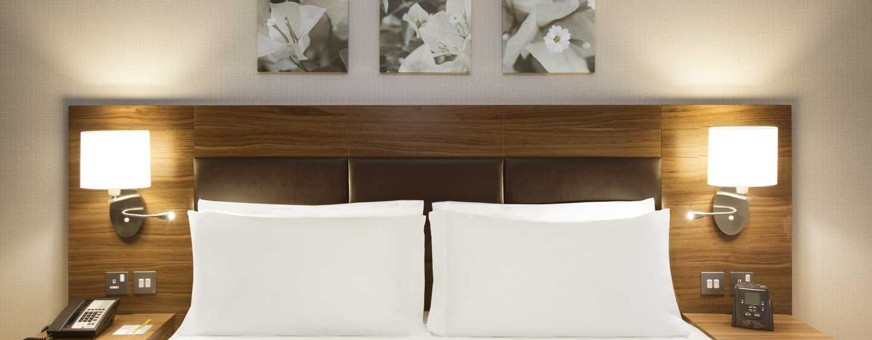Hilton Garden Inn Ras Al Khaimah Hotel, VAE– Zimmer mit Kingsize-Bett