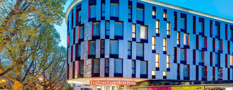 Hilton Garden Inn Stuttgart NeckarPark Hotel, Deutschland– Außenansicht Hotelgebäude abends