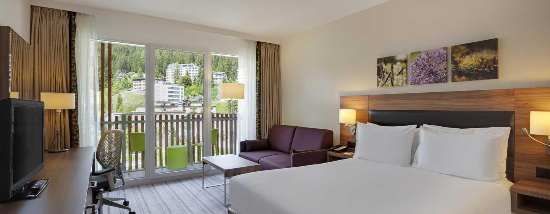 Hilton Garden Inn Davos Hotel, Schweiz – Zimmer mit Queensize-Bett und Sofa
