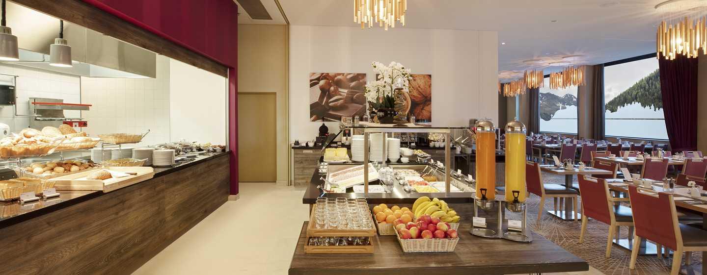 """Hilton Garden Inn Davos Hotel, Davos, Schweiz– Restaurant """"The Grill"""", Frühstück"""