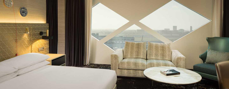 Hilton Amsterdam Airport Schiphol Hotel, Niederlande– Gästezimmer mit King-Size-Bett