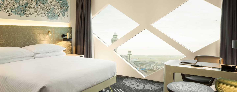 Hilton Amsterdam Airport Schiphol Hotel, Niederlande– Deluxe Zimmer mit King-Size-Bett