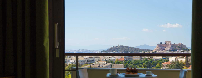 Hilton Athens Hotel, Griechenland– Zimmer mit Kingsize-Bett und Blick auf die Akropolis