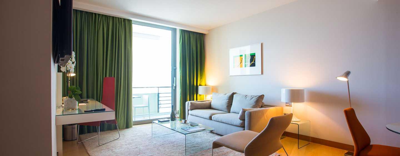 Hilton Athens Hotel, Griechenland– Deluxe Suite mit Kingsize-Bett und Blick auf die Akropolis
