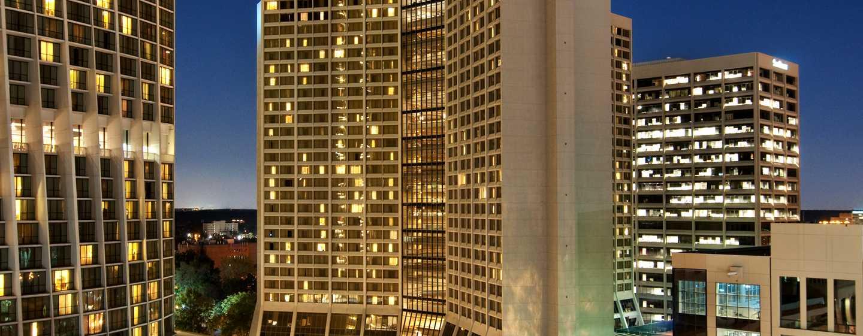 Hilton Atlanta Hotel, Georgia, USA. – Außenansicht des Hotels bei Nacht