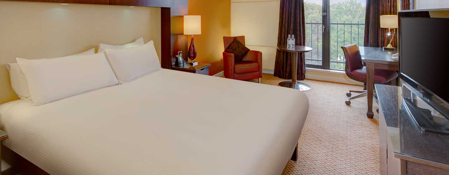 Queen Bett. Privilege Room With Queensize Bed And Sofa Bed With ...