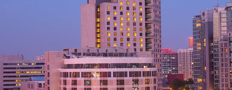 Hilton Beijing, China – Außenbereich des Hotels in der Abenddämmerung