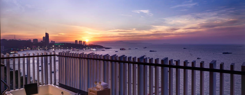 Hilton Pattaya Hotel, Thailand– Executive Plus Zimmer mit Balkon und Meerblick
