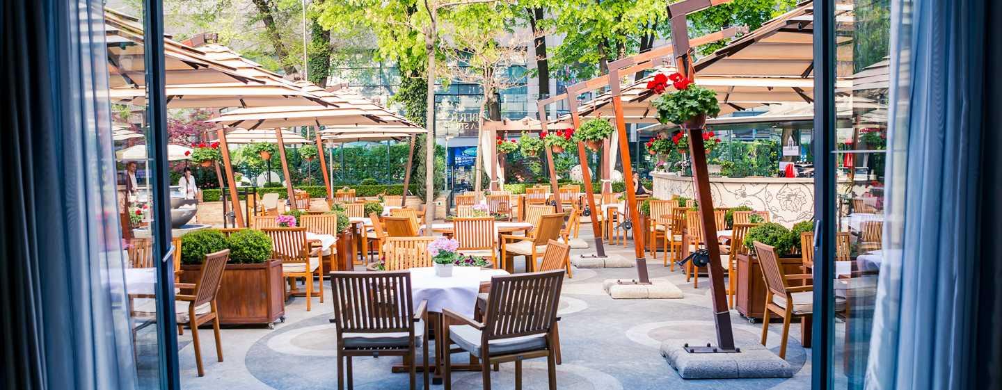 Athenee Palace Hilton Bucharest Hotel, Rumänien– Restaurant Roberto's– Terrasse La Strada