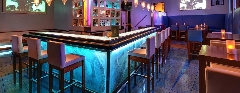 Hilton Cologne, Deutschland - Lassen Sie sich einen Shot oder ein Bier am Eistresen der IceBAR servieren