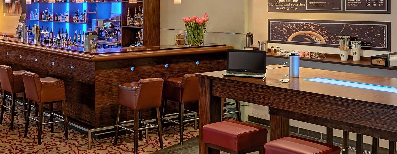 Hilton Cologne, Deutschland - Gern servieren unsere Mitarbeiter Ihnen einen Drink oder einen Snack