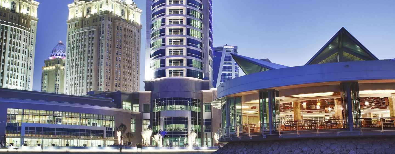 Hilton Doha Hotel, Katar– Außenansicht bei Nacht (vom Meer aus)