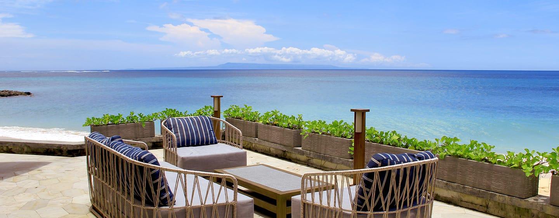 Hilton Bali Resort, Indonesien – Sitzbereich des The Shore am Strand