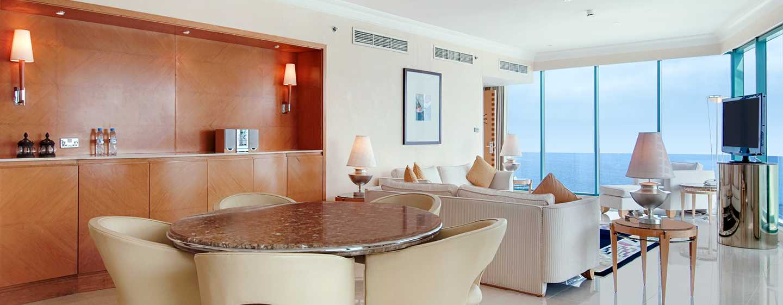 Hilton Dubai Jumeirah Hotel, Dubai, VAE– Panorama Suite mit Kingsize-Bett