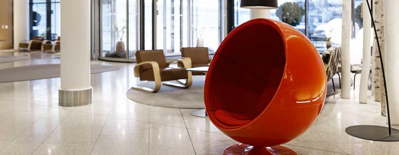 Hilton Helsinki Airport, Finnland– Lobby des Hilton Helsinki Airport