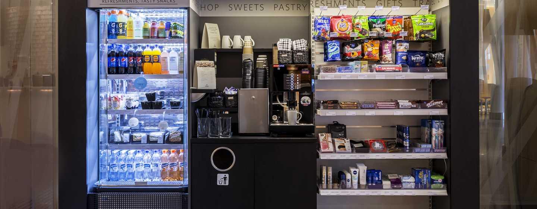 Hilton Helsinki Airport, Finnland– Laden in der Lobby