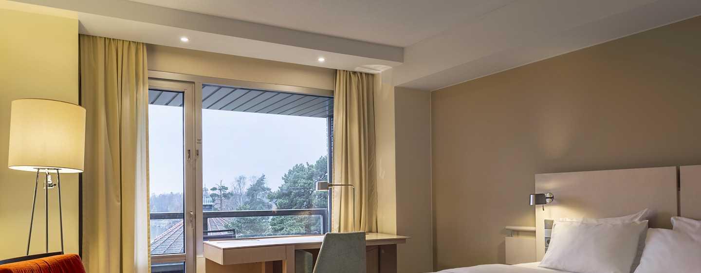 Hilton Helsinki Kalastajatorppa Hotel, Finnland– Plus Zimmer mit Kingsize-Bett und Balkon