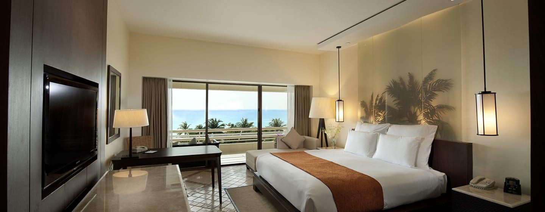 Hilton Phuket Arcadia Resort & Spa Hotel, Thailand– Deluxe Zimmer mit Kingsize-Bett und Meerblick