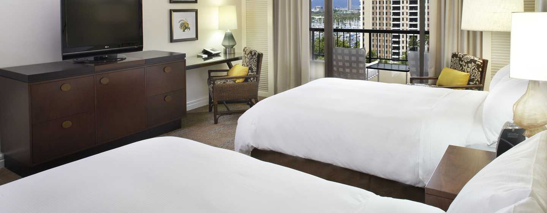 Hilton Hawaiian Village Waikiki Beach Resort Hotel, Honolulu, Hawaii, USA–Zimmer im Rainbow Tower mit zwei Doppelbetten direkt am Meer