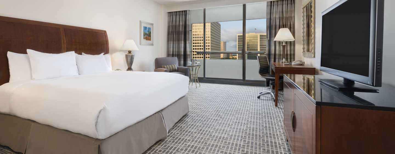 Entspannen Sie in den gemütlichen und großzügigen Zimmern im Hilton Houston Post Oak Hotel