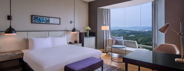 Hilton Kuala Lumpur Hotel, Malaysia– Deluxe Plus Zimmer mit Kingsize-Bett