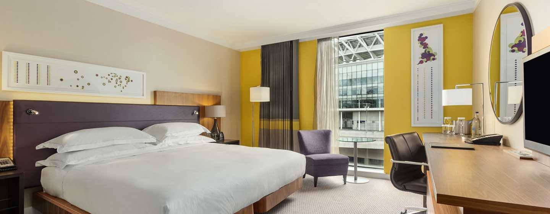 Hilton London Wembley, Großbritannien - Hilton Deluxe Zimmer mit King-Size-Bett und Blick auf das Wembley Stadion