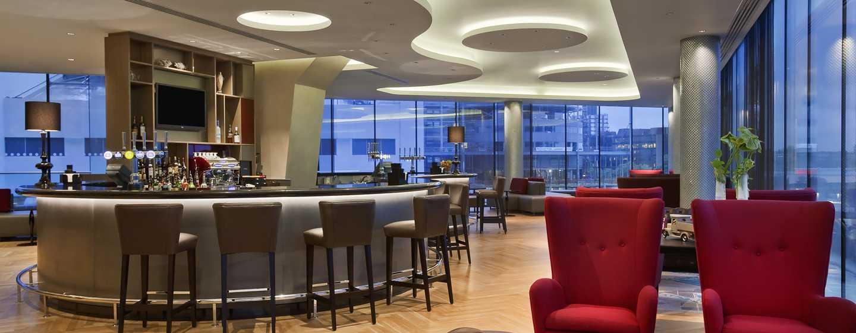 Hilton London Wembley, Großbritannien - Entspannen Sie sich bei einem Drink in unserer Icons Bar