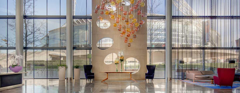 Hilton London Wembley, Großbritannien - Hotel Lobby mit Blick auf das Wembley Stadion