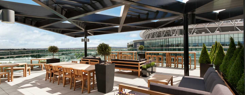 Hilton London Wembley, Großbritannien - Terrasse der Sky Bar 9 mit Blick auf das Stadion