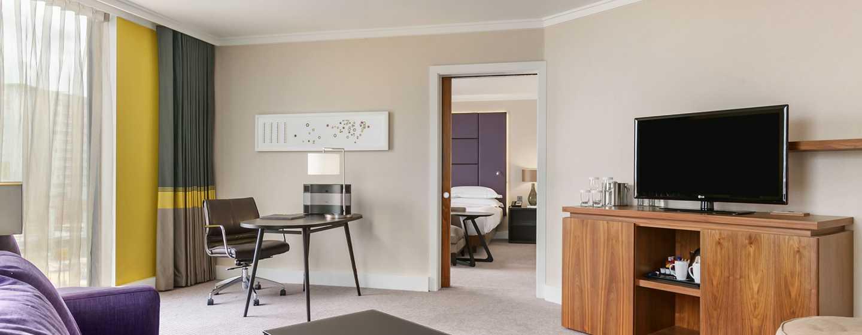 Hilton London Wembley, Großbritannien - Suite mit King-Size-Bett und Zugang zur Lounge